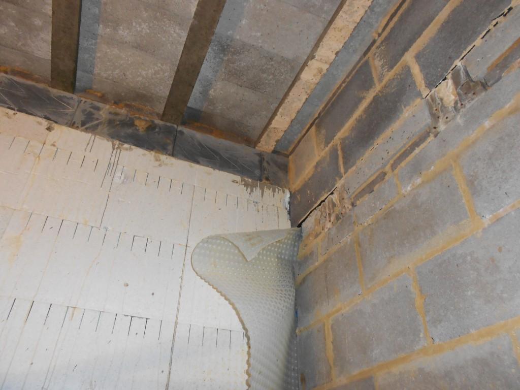 Internal walls partly seperated, creating a damp bridge