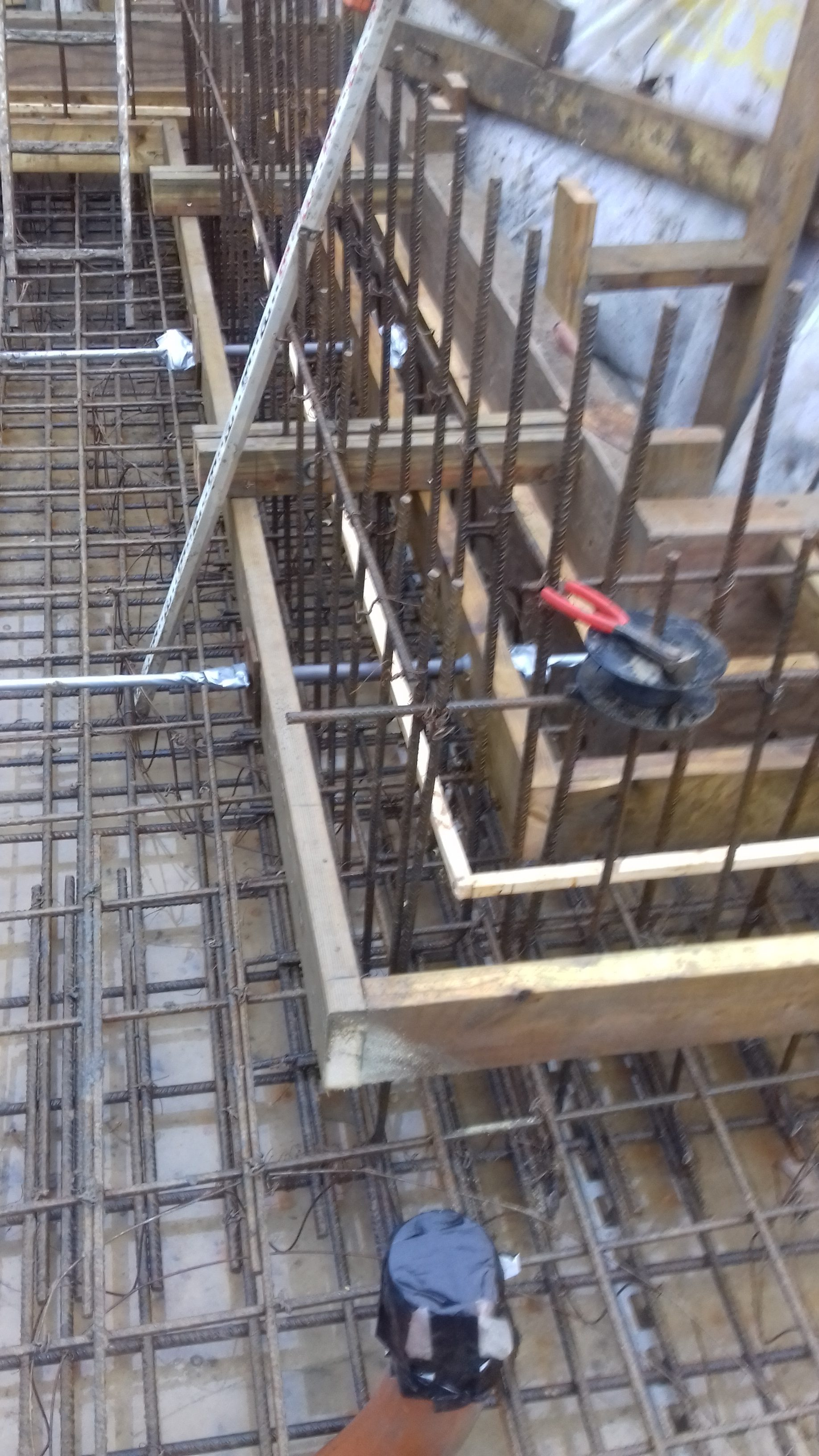 Kicker construction with central timber to allow for installation of an expanding water stop