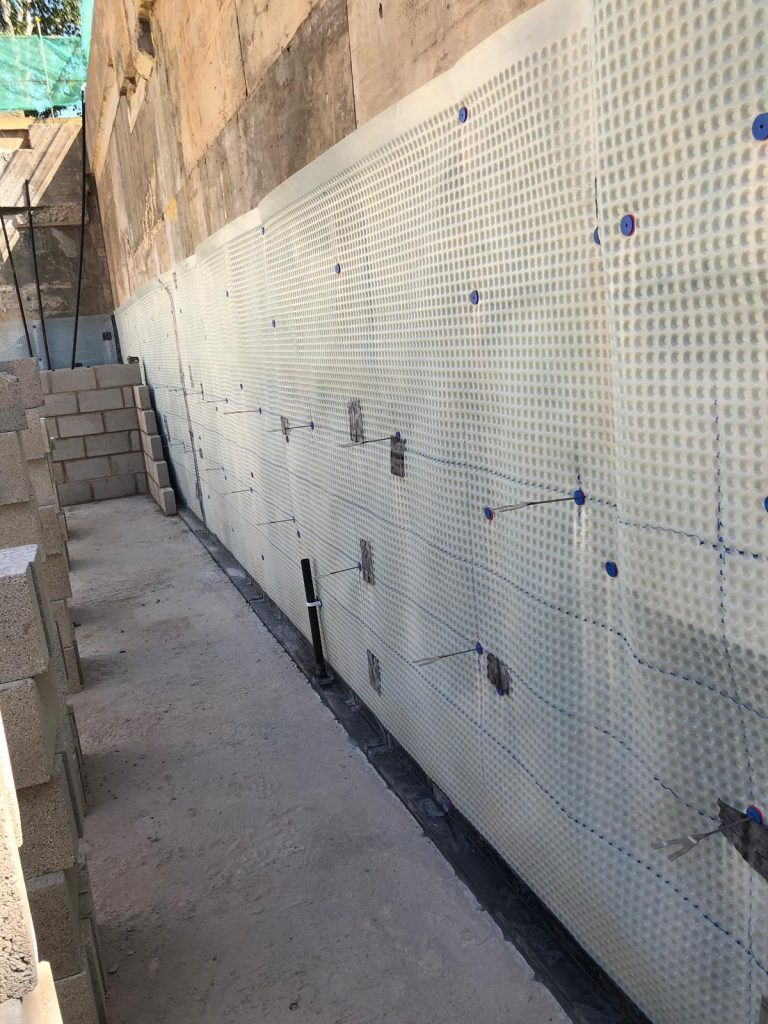 Internal walls being built in front of cavity membrane